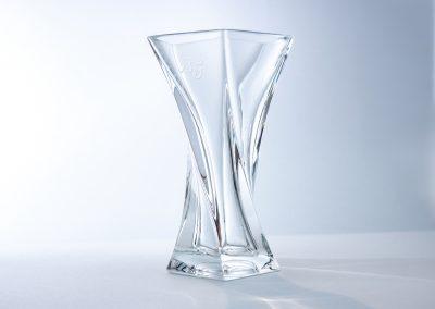 Vase gravé à la main avec un monogramme - pièce en cristal de Cristal de Sèvres